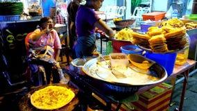 Burmese gatamatpannkakor i kineskvarter av Yangon, Myanmar lager videofilmer