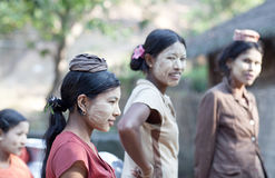 Burmese kvinnor med thanakadeg på deras framsidor Arkivfoton