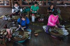 Burmese kvinnor som gör cigarrer Royaltyfria Foton