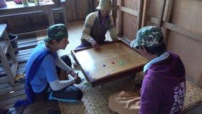 Burmese män som spelar leken på huset i Inle, Myanmar lager videofilmer