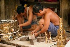 Burmese man som arbetar en mässing på Myanmar konstarbete royaltyfri fotografi