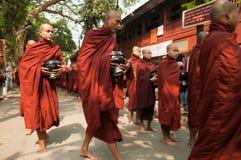 burmese mandalay monksmyanmar procession Royaltyfri Foto
