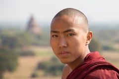 Burmese munkbesök den Bagan pagoden Myanmar Burma Arkivfoton