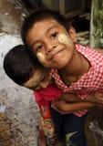 Burmese pojkar som har gyckel Fotografering för Bildbyråer