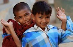Burmese pojkar som har gyckel Royaltyfri Fotografi