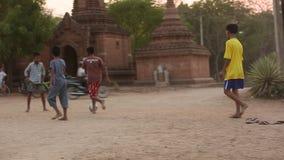Burmese pojkar som spelar fotboll lager videofilmer