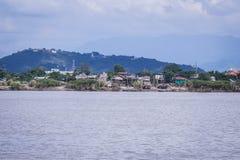 Burmese trähus bredvid den Irrawaddy floden arkivfoton