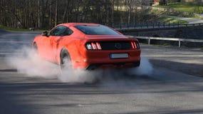 Burn-out américain rouge de voiture de muscle Photo stock