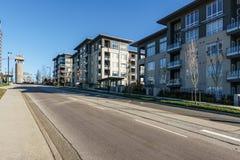 BURNABY KANADA, LISTOPAD, - 17, 2019: budynki mieszkaniowi i uliczny widok na pogodnym jesie? dniu w kolumbia brytyjska obrazy stock