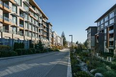 BURNABY KANADA, LISTOPAD, - 17, 2019: budynki mieszkaniowi i uliczny widok na pogodnym jesie? dniu w kolumbia brytyjska obraz royalty free