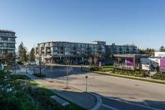 BURNABY KANADA, LISTOPAD, - 17, 2019: budynki mieszkaniowi i uliczny widok na pogodnym jesie? dniu w kolumbia brytyjska zdjęcia royalty free