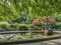 Burnett Fountain im Sommer lizenzfreie stockfotos
