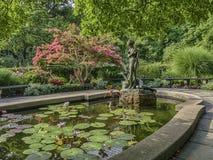 Burnett Fountain im Sommer lizenzfreie stockfotografie