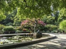 Burnett Fountain im Sommer lizenzfreie stockbilder