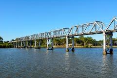 Burnett River Railway Bridge i Bundaberg, Australien Royaltyfria Bilder