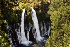 Burney nedgångar som lokaliseras i den Mcarthur Burney delstatsparken, Burney, Kalifornien royaltyfria bilder