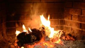 Burnig del fuego en la chimenea almacen de metraje de vídeo