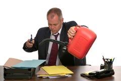 burning affärsmanskrivbordsarbete royaltyfri foto