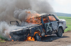 burning bil royaltyfria bilder