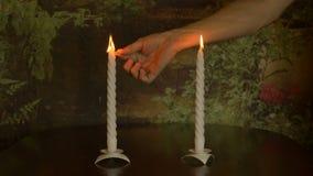 Burning branco da vela, o reembolso do fósforo, a chama das velas Movimento muito lento vídeos de arquivo