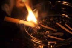 burning cigarett royaltyfri fotografi