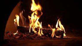 Burning da chamin? Fogo ardente acolhedor morno na chaminé do tijolo vídeos de arquivo