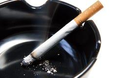 Burning de cigarette images stock