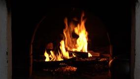 Burning de la chimenea Fuego ardiente acogedor caliente en un cierre de la chimenea del ladrillo para arriba metrajes
