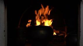 Burning de la chimenea Fuego ardiente acogedor caliente en un cierre de la chimenea del ladrillo para arriba almacen de metraje de vídeo