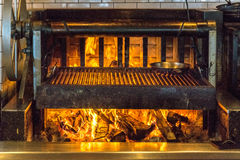 Burning de la parrilla del fuego de madera imágenes de archivo libres de regalías