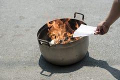 Burning de papier images libres de droits