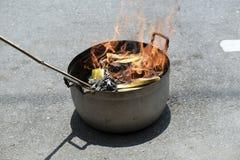 Burning de papier image stock
