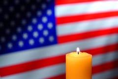 Burning della candela e bandiera americana degli Stati Uniti Immagini Stock