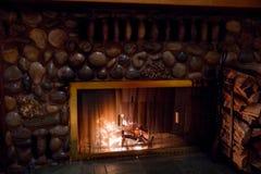 Burning en bois de cheminée pour la chaleur Photos stock