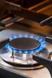 Burning gasugn med blåa flammor Royaltyfria Foton