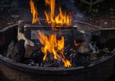 burning journaler Ovanlig form för fyrpanna Årsdag av en picknick Arkivfoto