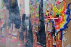 burning kinesisk rökelse Arkivfoton