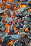 burning kol Glödande glöd som pyrar i spisen Arkivbild