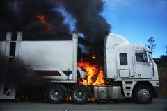 burning lastbil arkivbild