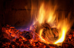 Burning log in fireplace Royalty Free Stock Photography