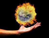 burning sikt för bild för holding för jordH-hand Arkivfoton