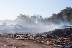 Burning stapel av avskrädet. Royaltyfri Bild