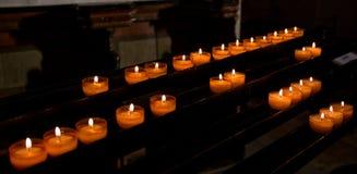 burning stearinljus grund kyrklig dof Royaltyfri Bild