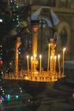 burning stearinljus grund kyrklig dof Arkivbilder