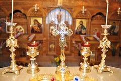 Burning stearinljus i kristenkyrka Arkivbilder
