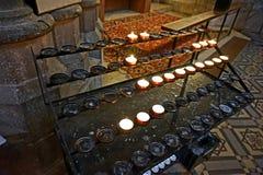 Burning stearinljus i kyrka royaltyfria foton