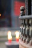 Burning stearinljus i kyrka Royaltyfri Bild