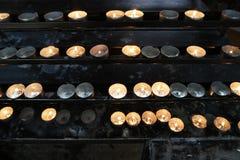 Burning stearinljus i kyrka Begrepp av religionen Royaltyfria Bilder