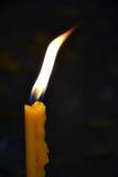 burning stearinljus kyrka Arkivfoto