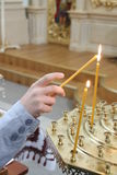 burning stearinljus kyrka Arkivbild